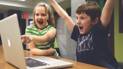 Průzkum: Děti stráví online i víc než sedm hodin denně